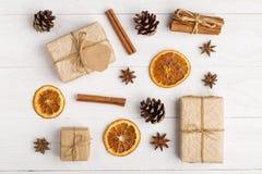 Kraft pappers- gåvor och kryddor på en vit tabell Den original- dekoren för jul Den härliga orienteringen, den bästa sikten, läge arkivbilder