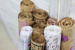 Kraft pappers- rullar för gåvainpackning på en vit bakgrund royaltyfri fotografi