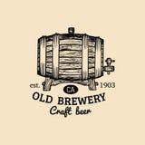 Kraft piwnej baryłki logo Stara browar ikona Ręka kreślił baryłki ilustrację Wektorowy rocznika lager, ale etykietka lub odznaka, ilustracji