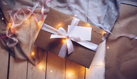 Kraft prezenta pudełko, teraźniejszość, biała taśma zdjęcia royalty free