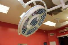 In Kraft Raum der chirurgischen Lampen stockfotografie