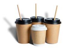 Kraft rozporządzalne papierowe filiżanki dla kawy Pokrywy w czarny i biały tubules Odosobniony przedmiot z cieniem na bia?ym tle  obraz royalty free