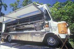 Kraft service som sköter om lastbilen arkivbild