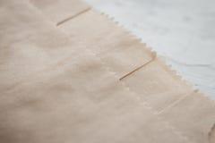 Kraft um pacote dos punhos no fundo branco, fim, detalhe fotografia de stock