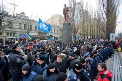 Kraft von den Polizisten, die von den Demonstranten das Monument des kommunistischen Führers Lenin während des pro-europäischen Pr Lizenzfreie Stockfotos