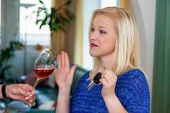 Kraftfahrer lehnte alkoholisches Getränk ab Lizenzfreies Stockfoto