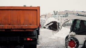 Kraftfahrlinien säubern Bürgersteige des Schnees Winterschneemaschine bei der Arbeit Stockfotos