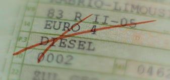 Kraftfahrzeuglizenz kreuzte heraus mit der roten Markierung und fuhr Verbot in den deutschen Städten in Deutschland lizenzfreies stockbild