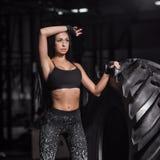 Kraftig attraktiv muskulös flicka som är förlovad i crossfit som utbildar Royaltyfri Bild
