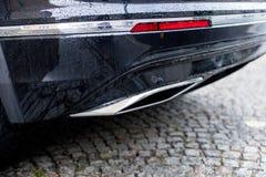 Kraftig bil med avgasr?rr?ret, f?rorening och fint damm royaltyfri fotografi