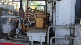 Kraftig kompressor på en gasväxt Pressa och transportera gas till ett rörledningsystem samman stock video