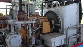 Kraftig kompressor på en gasväxt Pressa och transportera gas till ett rörledningsystem samman arkivfilmer