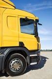 Kraftig lastbil på vägen Arkivbilder