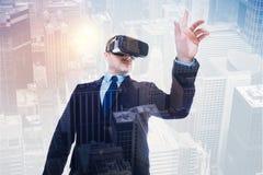 Kraftig man i dräkt som testar den nya VR-hörlurar med mikrofon Arkivfoto