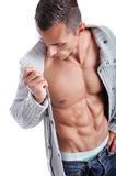 Kraftig muskulös man som poserar på en vit bakgrund Fotografering för Bildbyråer