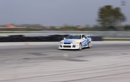 Kraftig racerbil som driver på den hög hastigheten Arkivbilder