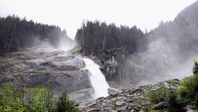 kraftig vattenfall stock video