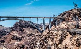 Kraftig vattenkraftstation på Coloradofloden Stenblockfördämning i Coloradofloden, på gränsen mellan USA-staterna av Arizona och  Arkivbilder
