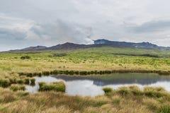 Kraftiga få utbrott Mount Aso med det lilla dammet i Kumamoto, Japan arkivbilder