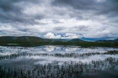Kraftiga moln ovanför Napahai sjön Royaltyfri Foto