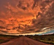 Kraftiga och härliga stormmoln på solnedgången förutom Sioux Falls, South Dakota under sommar royaltyfri bild