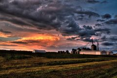 Kraftiga och härliga stormmoln på solnedgången förutom Sioux Falls, South Dakota under sommar arkivbild