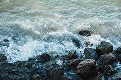 Kraftiga vågor får effekt den steniga reven Fotografering för Bildbyråer