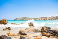 Kraftiga vågor på en stenig strand Voulisma, Agios Nikolaos, Istros crete greece royaltyfri fotografi