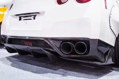 Kraftigt dubbelt avgasrörrör av en vit sportbil Arkivfoto