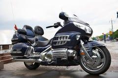 kraftigt lopp för stor blå lyxig motorcykel Arkivfoton
