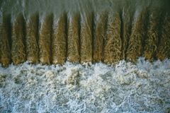 Kraftigt vattenflöde på den konstgjorda fördämningen nära hydroelektriska anläggningen Arkivfoto