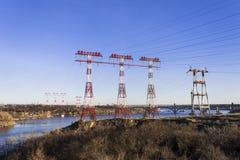 Kraftledning energi, stads- infrastruktur Royaltyfri Foto