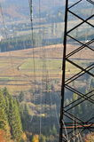 Kraftledning i bergen Arkivfoto