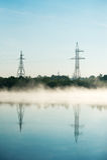 Kraftledning i dimma Arkivbilder