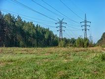 Kraftledning i ryskt landskap Arkivfoton