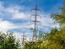 Kraftledning i växten onsdag mot den blåa himlen Royaltyfri Fotografi