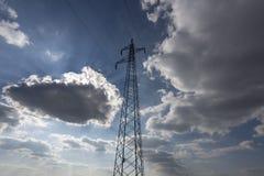 Kraftledning med himmel Arkivbilder