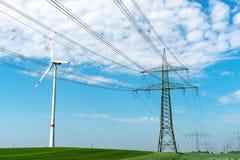 Kraftledning- och vindturbin royaltyfri foto