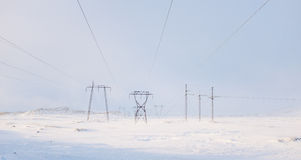 Kraftledningar i vinter Royaltyfria Bilder