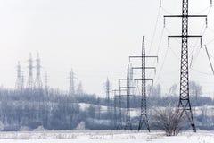 Kraftledningar i vintern Arkivbilder