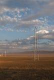 Kraftledningar landskap i den Kasakhstan stäppen Arkivfoton