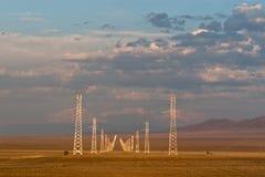 Kraftledningar landskap i den Kasakhstan stäppen Arkivfoto