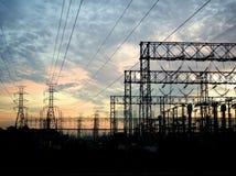 Kraftledningar på solnedgången Arkivfoto
