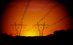 Kraftledningar på solnedgången Arkivbilder