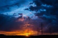 Kraftledningar på solnedgången Fotografering för Bildbyråer