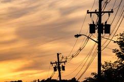 Kraftledningar på solnedgången Arkivfoton