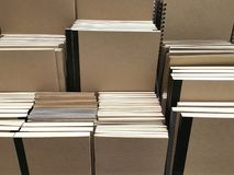 Kraftpapier-Abdeckungs-Notizbücher auf Regalhintergrund lizenzfreie stockbilder