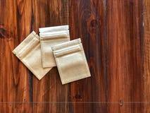 3 kraftpapier-Document de zak van het ritssluitingsslot op de uitstekende houten lijst stock foto