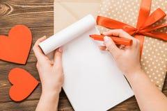 Kraftpapier-document envelop met houten rood hart op houten lijst met Stock Foto's