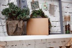 Kraftpapier-Umschlag liegt auf dem weißen Regal stockfotografie